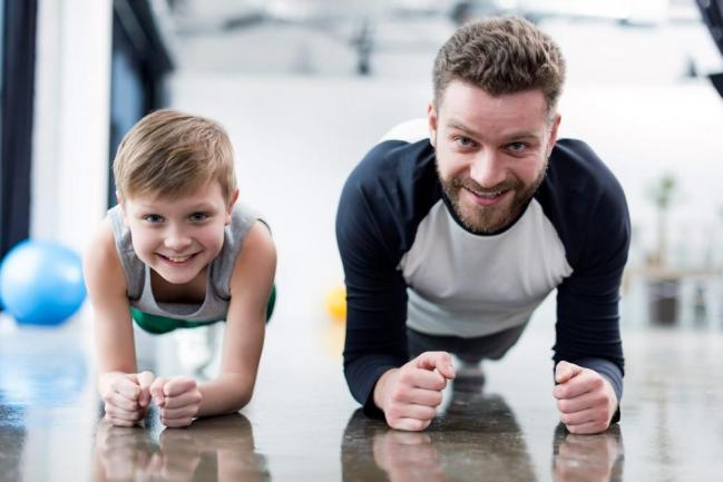 Un hijo hace deporte con su padre