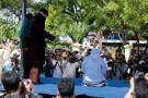 Azotan 84 veces en público a dos indonesios acusados de mantener relaciones homosexuales