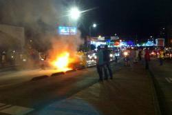 Taxi incendiado generó enorme trancón en el Centro de Bucaramanga
