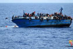 Fuertes imágenes del naufragio de un barco con 500 migrantes
