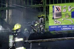 El incendio que se dio en una ferretería del sector aún no reporta personas heridas.