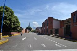 Una Calle con Estudiantes pero sin carros ni motos en Bucaramanga