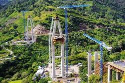 El Puente Hisgaura, pasa por encima de la falla ecológica que lleva el mismo nombre, con el fin de evitar uno de los sectores de más derrumbes en la vía Curos -Málaga.