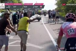 Vea al colombiano que ofreció papel higiénico a Dumoulin en el Giro de Italia