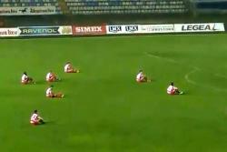 ¡Increíble! Jugadores se sentaron en medio del partido para protestar contra el árbitro
