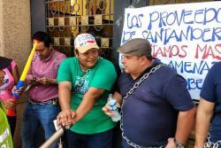 Operadores del PAE se encadenaron a la Gobernación de Santander por deuda de $24 mil millones