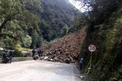 Personal del Invías se encuentra trabajando en este momento en la remoción de escombros.