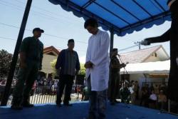 Pareja recibió 24 azotes por verse a solas sin estar casados en Indonesia