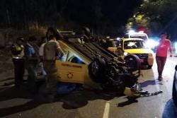 Taxi se volcó en la vía entre Piedecuesta y Bucaramanga