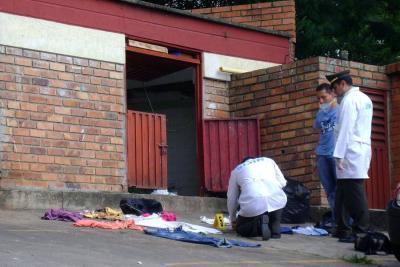 Durante varias horas la Policía tomó evidencias de las prendas de vestir que fueron halladas en la basura.