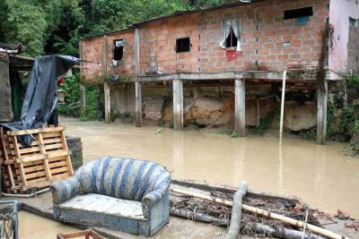 Docenas de familias humildes perdieron buena parte de sus enseres. En muchas zonas de Morrorrico el agua y el lodo invadieron las vías.