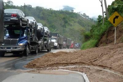 La funcionaria de la concesión vial Autopistas de Santander, ASA, Irely Guzmán, confirmó a Vanguardia.com que hay paso restringido en la vía al aeropuerto de Palonegro.