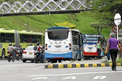 A pesar de que lo tenían prohibido, varios conductores de bus convencional siguieron operando en la Autopista. Solo hasta las 4:30 de la tarde se dio la orden en Transpiedecuesta para que dejaran de circular estos recorridos.