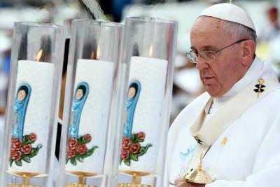 """Papa llama a la demolición de """"todos los muros que aún hoy dividen el mundo"""""""