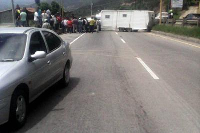 Vía al aeropuerto Palonegro estuvo cerrada por accidente de tránsito