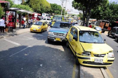 Aparatoso choque entre taxi y camioneta en Guarín