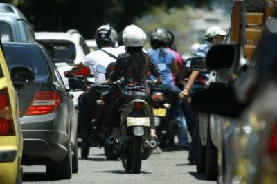 Proponen que motos de Bucaramanga transiten solo por el carril del centro