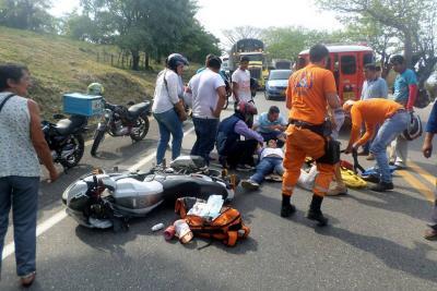 Joven sufrió accidente al adelantar en la vía en Santander