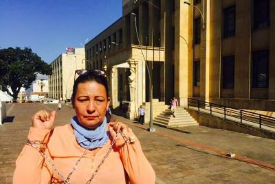 Mujer protesta encadenada por remate de su vivienda en Bucaramanga