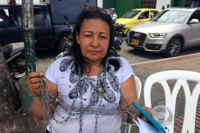 Mujer encadenada anuncia huelga de hambre para no perder su casa