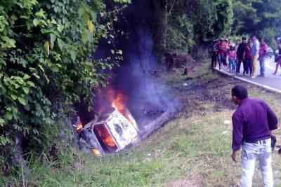 Mujer murió al incendiarse su vehículo en carretera de Santander