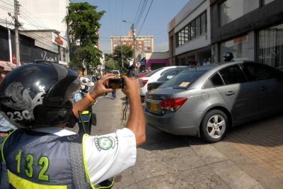Piden multas más caras en vez de orejas de 'burro' para malparqueados en Bucaramanga