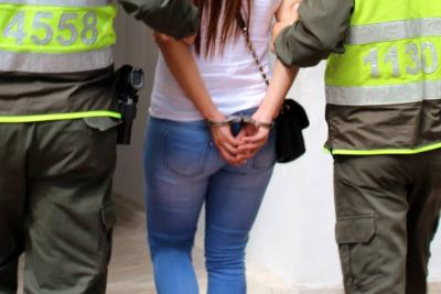 Capturan a mujer señalada de estafar a narcos en Colombia
