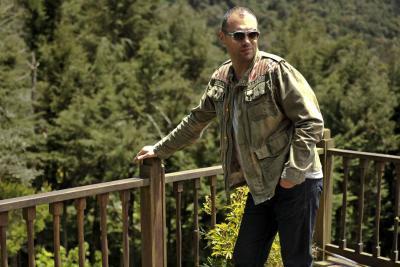 Santiago Cruz y su viaje  de regreso a la esencia