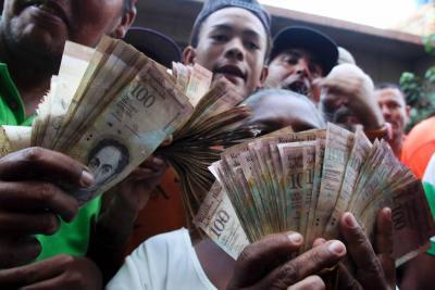 Caos y saqueos en Venezuela por falta de billetes