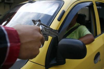 Desnudan a presunto ladrón tras atracar a un taxista en Colombia