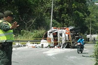 Vehículo de carga se volcó en Norte de Bucaramanga