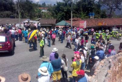 Cerca de 500 personas marcharon para protestar contra del peaje de la Mesa de Los Santos