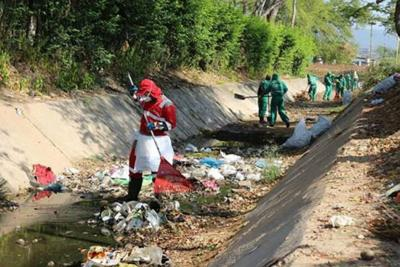 Operarios limpiaron la quebrada Las Macanas