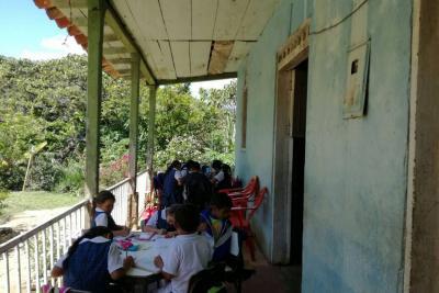 Por falta de una escuela, 11 niños reciben clases en el pasillo de una casa en Santander