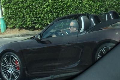 Rechazo en redes a foto del ex gobernador Aguilar conduciendo un Porsche