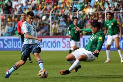 Bolivia jugó para Colombia al vencer 2-0 a Argentina en La Paz