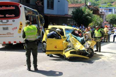 Buseta sin frenos dejó  tres personas heridas