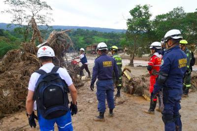 Personal de la Defensa Civil, Ejército, Policía, Bomberos y población civil, ayudados de maquinaria, colaboran con la remoción de piedras y árboles que dejó la avalancha en Mocoa.