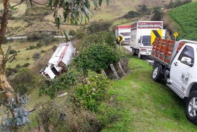 Camión se volcó en la vía entre Bucaramanga y Pamplona