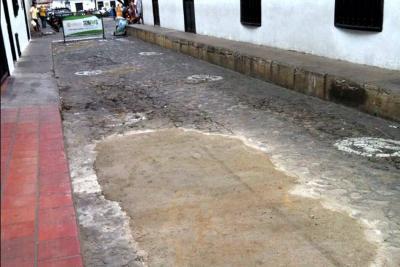 ¿Por qué hay un 'parche' de cemento en esta calle colonial de Girón?