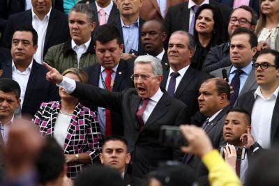 """""""Desoigan el mandato de la dictadura"""": Álvaro Uribe a militares de Venezuela"""