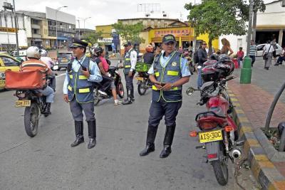 Ante tanto caos, ¿por qué no se contratan más agentes de tránsito en Bucaramanga?