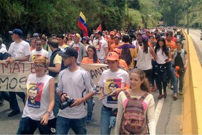 """Opositores exigen libertad de """"presos políticos"""" frente a prisiones en Venezuela"""