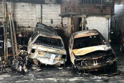 Dos vehículos y una moto se quemaron tras incendio en Bucaramanga