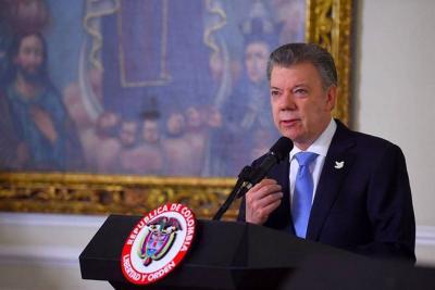 Santos felicitó a Emmanuel Macron, a quien visitará el próximo mes