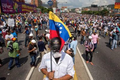 Oposición marcha para expresar rechazo por joven venezolano asesinado en medio de protesta