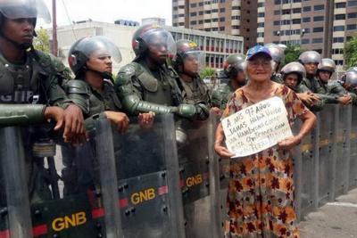"""Con gas pimienta reprimieron la """"marcha de los abuelos"""" en Venezuela"""