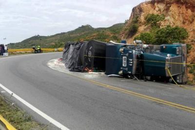 Tractocamión se volcó en la vía Bucaramanga-San Gil