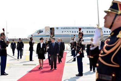 Santos llegó a Francia para reunión con Emmanuel Macron
