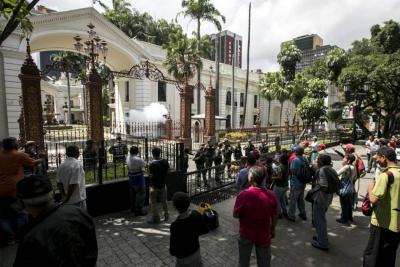 El debate se dio mientras un grupo de simpatizantes del Gobierno Maduro mantenía sitiada la sede.